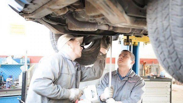 Осматривать кузов и элементы трансмиссии на предмет коррозии рекомендуется не реже раза в месяц